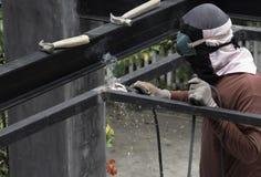 Trabajador que suelda con autógena el acero Foto de archivo libre de regalías