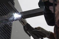 Trabajador que suelda con autógena el acero Imagen de archivo libre de regalías