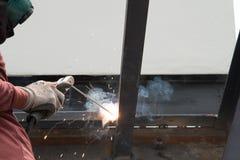 Trabajador que suelda con autógena el acero Fotos de archivo libres de regalías
