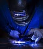 Trabajador que suelda con autógena la pieza de acero Fotografía de archivo