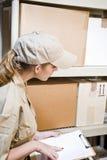 Trabajador que toma inventario Imagenes de archivo