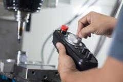 Trabajador que trabaja con la fresadora del CNC en el taller imagen de archivo libre de regalías