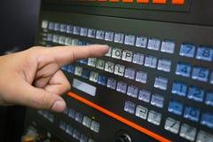 Trabajador que trabaja con la máquina del CNC en el taller fotografía de archivo