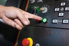 Trabajador que trabaja con la máquina del CNC en el taller fotos de archivo