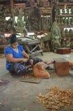 Trabajador que trabaja en escultura de madera Fotos de archivo