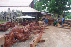 Trabajador que trabaja en escultura de madera Imágenes de archivo libres de regalías