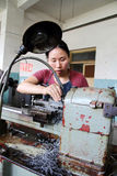 Trabajador que trabaja en fábrica china Fotografía de archivo libre de regalías