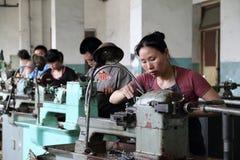 Trabajador que trabaja en fábrica china Imagen de archivo