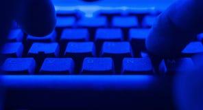 Trabajador que trabaja usando el ordenador de la PC Hombre del POV que mecanografía en el teclado de ordenador Fotografía de archivo libre de regalías