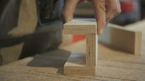 Trabajador que usa el arma de la grapa para fijar las piezas de madera almacen de metraje de vídeo