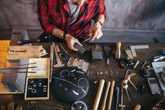Trabajador que usa el artículo del metal en el trabajo foto de archivo libre de regalías