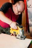 Trabajador que usa los rompecabezas Imagen de archivo libre de regalías