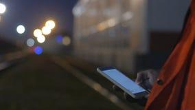 Trabajador que usa smartphone durante turno de noche 4K se cierran para arriba metrajes