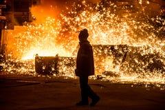 Trabajador siderúrgico cerca de un horno Fotografía de archivo libre de regalías