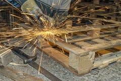 Trabajador siderúrgico que trabaja con una herramienta de pulido foto de archivo libre de regalías