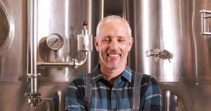Trabajador sonriente de la cervecería con los pulgares para arriba almacen de metraje de vídeo