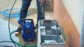 Trabajador técnico de la cámara lenta que comprueba y condición del aire de limpieza verano caliente almacen de metraje de vídeo