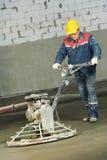 Trabajador trowelling y que acaba del concreto Fotografía de archivo