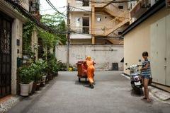 Trabajador vietnamita del saneamiento imagenes de archivo