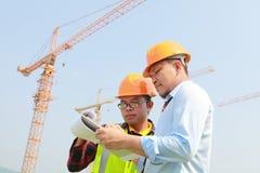 Trabajador y grúas de construcción Imágenes de archivo libres de regalías
