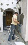 Trabajador y pared Imagen de archivo libre de regalías