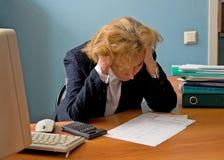 Trabajadora de la oficina en la meditación sobre el informe fotos de archivo libres de regalías
