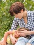 Trabajadora Señora con jugar del niño al aire libre imagenes de archivo