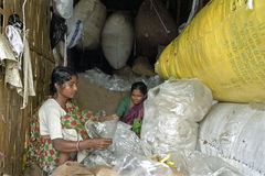 Trabajadoras en el reciclaje de la industria plástica Foto de archivo