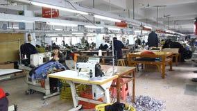 Trabajadores chinos en una fábrica de la ropa almacen de video