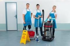 Trabajadores con equipos de la limpieza fotos de archivo
