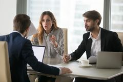 Trabajadores contrariedades o clientes enojados de los clientes que discuten sobre mún contrato fotos de archivo