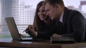 Trabajadores creativos que discuten las ideas del negocio para un inicio en la tabla en oficina almacen de video