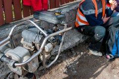 Trabajadores de construcción de carreteras en la hora de la almuerzo fotos de archivo