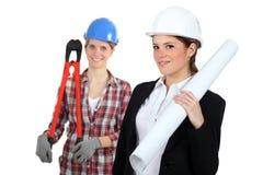 Trabajadores de construcción de las hembras imagenes de archivo