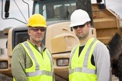 Trabajadores de construcción de sexo masculino rugosos en el trabajo Fotografía de archivo