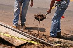 Trabajadores de construcción del borde de la carretera fotografía de archivo libre de regalías