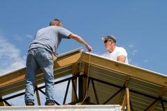 Trabajadores de construcción del material para techos Imagen de archivo libre de regalías