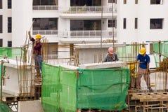 Trabajadores de construcción en alto-r Foto de archivo libre de regalías