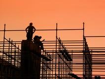Trabajadores de construcción en el andamio