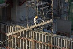 Trabajadores de construcción en el edificio alto Fotografía de archivo libre de regalías