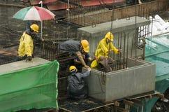 Trabajadores de construcción en el edificio alto Fotos de archivo libres de regalías