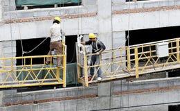 Trabajadores de construcción en el elevador. imágenes de archivo libres de regalías