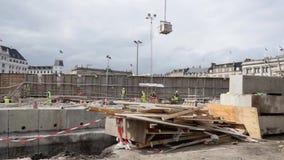 Trabajadores de construcción en el nuevo metro en Copenhague almacen de metraje de vídeo