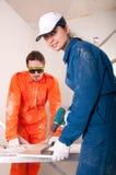 Trabajadores de construcción en el trabajo Foto de archivo libre de regalías