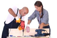 Trabajadores de construcción en el trabajo Fotos de archivo