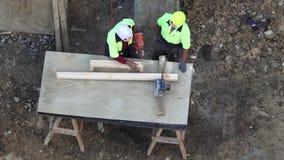 Trabajadores de construcción en el trabajo metrajes