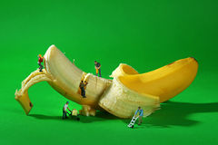 Trabajadores de construcción en imágenes conceptuales de la comida con el plátano Imágenes de archivo libres de regalías