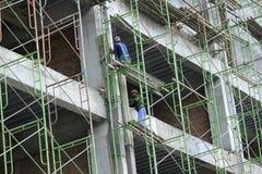Trabajadores de construcción en la altitud Fotografía de archivo