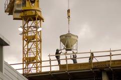 Trabajadores de construcción en la azotea Imágenes de archivo libres de regalías