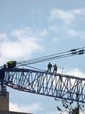Trabajadores de construcción en la grúa imagen de archivo